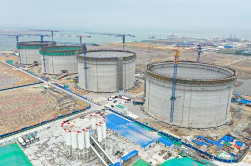 China's Beijing Gas raises roof on first Tianjin Nangang LNG tank
