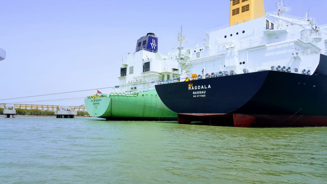 TotalEnergies, Vitol submit lowest bids in Pakistan LNG tender