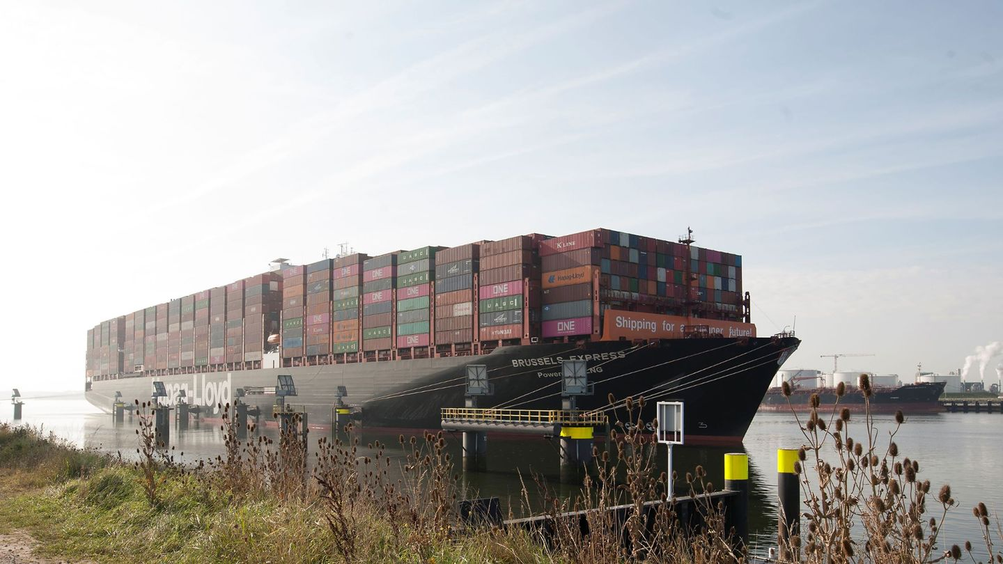 Hapag-Lloyd's converted LNG containership in new Rotterdam bunkering op